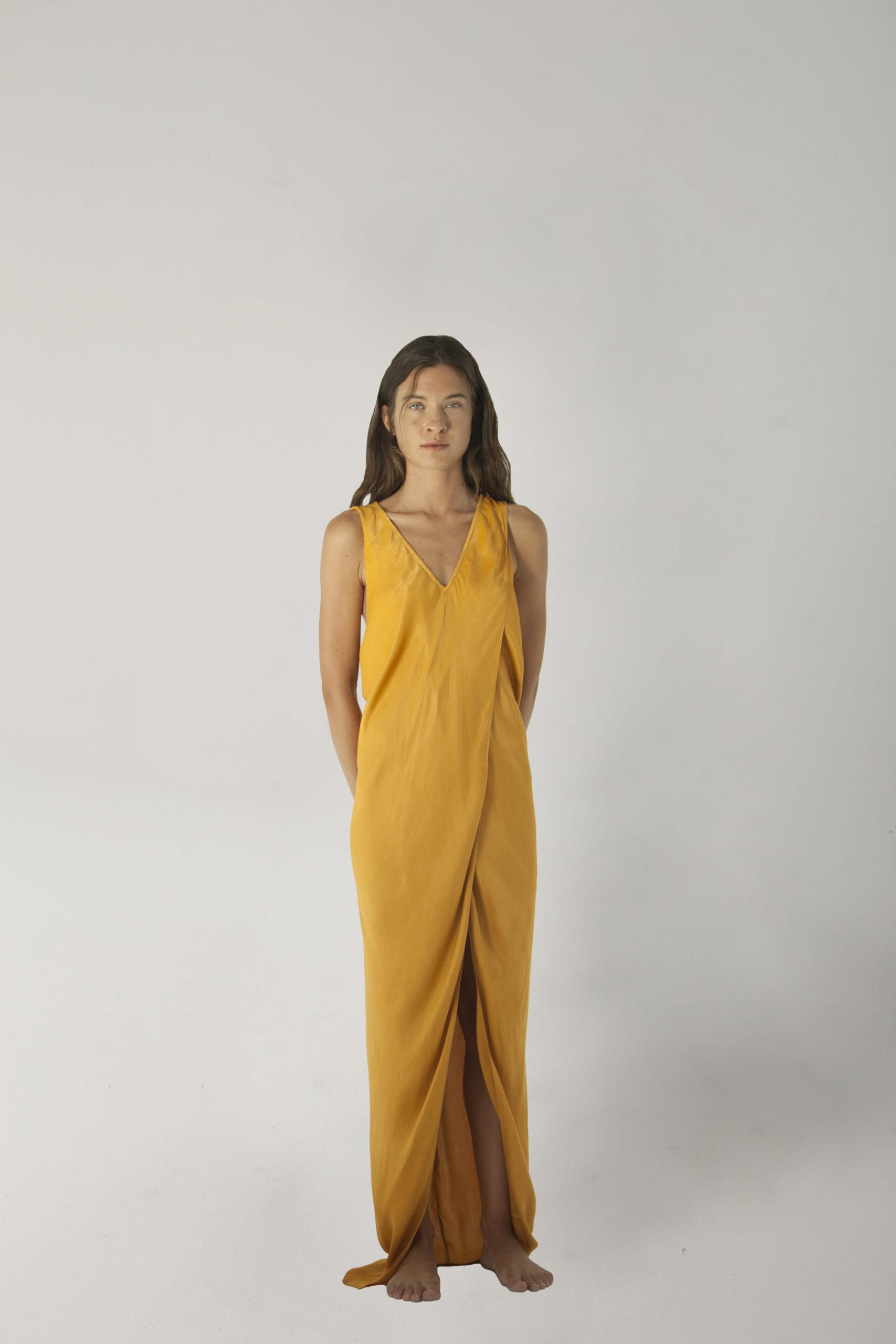 vestido deesa mostaza espalda