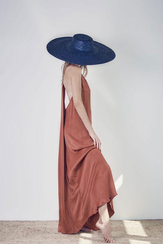 vestido-ocre-largo-seda-minimalista-1